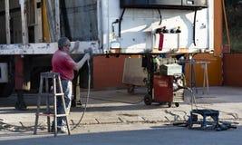 修理拖车重型车辆,清洗的铁锈,膏药,油漆 库存图片