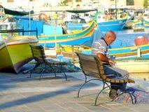 修理捕鱼网:地中海场面 免版税图库摄影