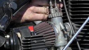 修理摩托车的引擎的手指 股票录像
