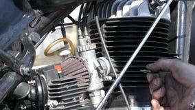 修理摩托车的引擎的手 股票视频
