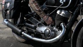 修理摩托车的引擎的手 影视素材