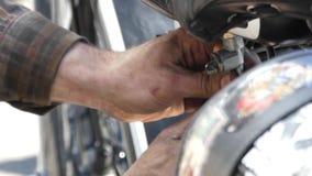 修理摩托车的引擎的手 股票录像