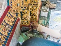修理曼谷玉佛寺,鲜绿色菩萨的寺庙 免版税库存照片