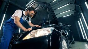修理有膝上型计算机的一位技术员执行的汽车的过程 影视素材