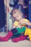 修理有螺丝刀的小女孩一辆玩具卡车 库存图片