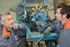 修理机器的机械师 免版税图库摄影