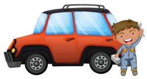 修理橙色汽车的一个人 库存图片