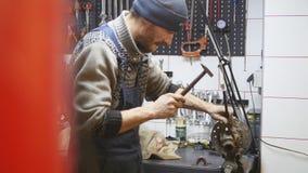 修理毁坏系统的技术员在服务商店 免版税库存照片