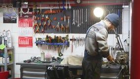 修理毁坏系统的技术员在服务商店 库存图片