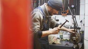修理毁坏系统的技术员在服务商店 库存照片
