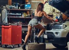 修理汽车的女性 库存照片