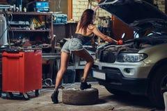 修理汽车的女性 库存图片