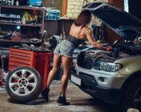 修理汽车的女性 图库摄影