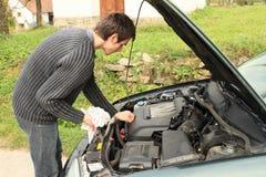 修理汽车的引擎人 免版税库存图片