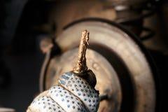 修理汽车盘式制动器的人 库存图片