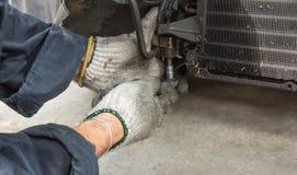 修理汽车空调器 免版税库存照片