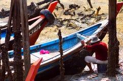 修理渔船的渔夫 免版税库存照片