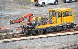修理火车轨道的乘员组 图库摄影