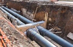 修理热化输送管工作  替换管子 库存图片