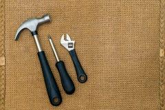 修理用工具加工在棕色背景的静物画与ty的空间 免版税库存图片
