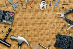 修理用工具加工在棕色背景的静物画与ty的空间 图库摄影
