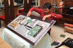 修理电子线路的技术员 免版税库存图片