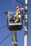 修理电缆的电工 免版税库存照片