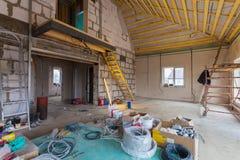 修理的为改造的材料和工具在改造,整修,引伸下的房屋建设 库存图片