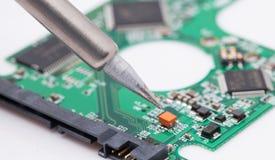 修理硬盘驱动器pcb 免版税库存图片