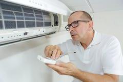 修理空调器的画象男性电工站立在活梯 库存图片