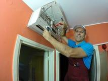 修理空调器的高级技术员 免版税库存图片