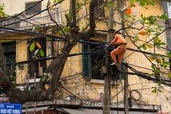 修理缆绳的电工 图库摄影