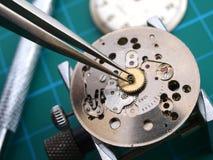 修理老机械手表口径 免版税图库摄影