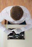 修理膝上型计算机主板的人 库存照片