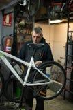 修理自行车的人 免版税库存照片