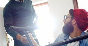修理自行车的机械工在车间 股票视频