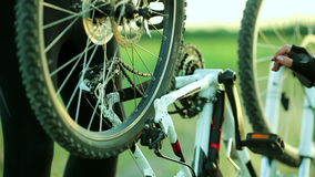 修理自行车链子的人 影视素材