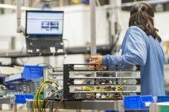 修理计算机的女性技术员背面图 免版税库存照片
