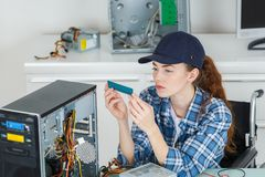修理计算机的女性技术员 库存照片