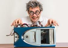 修理计算机的疯狂的工程师或科学家 免版税库存图片