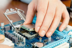 修理计算机硬件的技术人员在实验室里 免版税库存图片