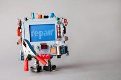 修理计算机维护概念 有钳子和电灯泡的机器人工程师 在蓝色屏幕显示器的机敏的报警信息 免版税库存照片