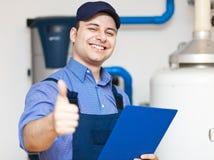 修理赞许的微笑的技术员 免版税库存照片