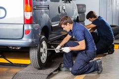 修理车胎的男性技工 库存照片