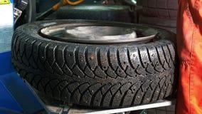 修理轮胎-汽车服务的工作者-机械车间 股票视频