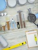 修理辅助部件 套工具和油漆进行的修理 免版税库存图片