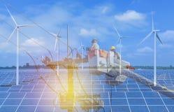 修理输电线的导线的在桶水力举的两次曝光电工与太阳电池板和风轮机 免版税库存图片