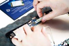 修理过程接近的片剂 免版税图库摄影