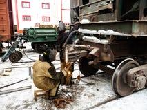 修理铁路支架的焊工 免版税库存图片