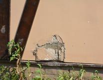 修理镇压和孔在灰泥 修理在灰泥墙壁的一个孔将要求一点耐心和一些实践 库存照片